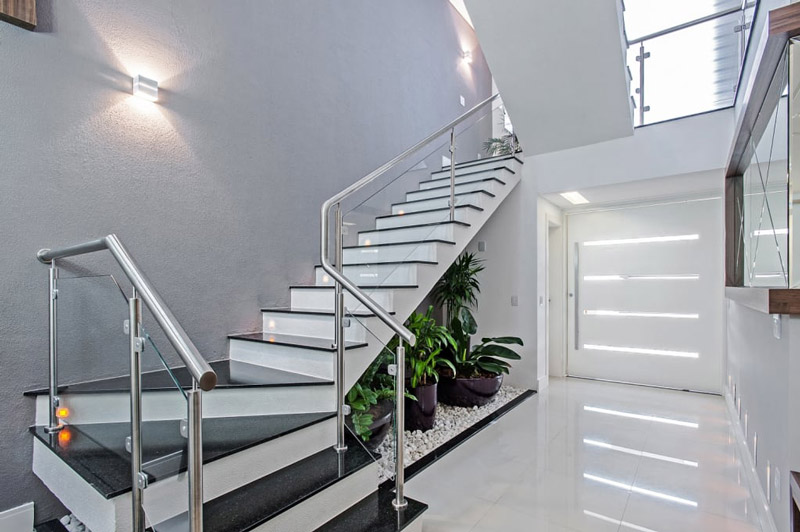 modern-koridor-i-prihozhaya-photos-in-seryy-by-patr-cia-azoni-arquitetura-arte-design.jpg