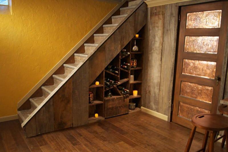 удобная-лестница-вдоль-стены.jpg